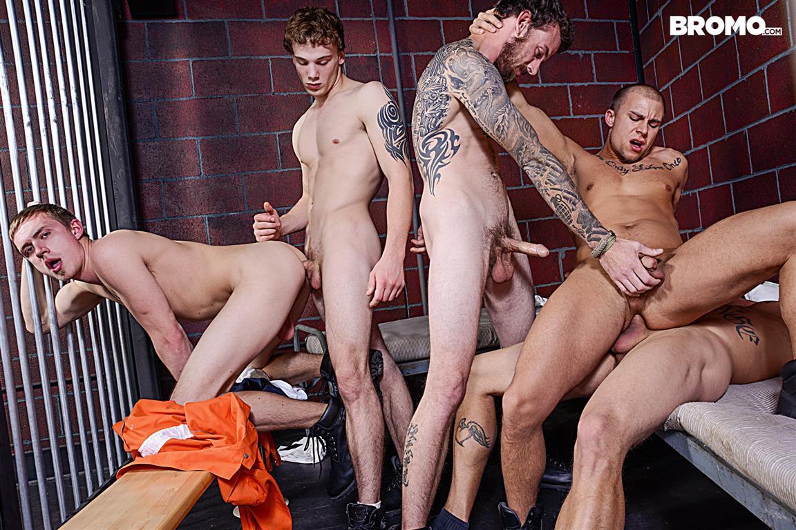 порно фильмы групповуха в тюрьме подглядывать качайте или